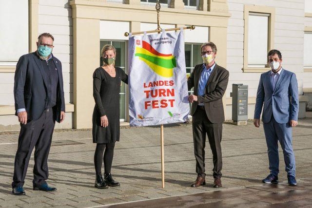 Landesturnfest-fahne an Lahr übergeben